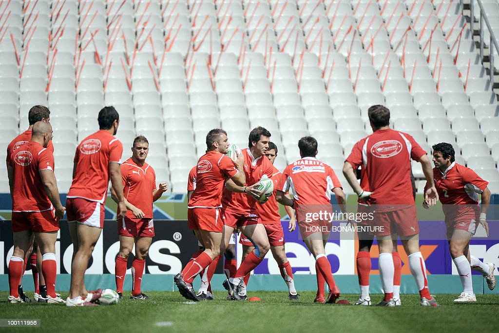 Biarritz Olympique's players participate in the captain's run training session on May 21, 2010 at the Stade de France in Saint-Denis, north of Paris, on the eve of the H-Cup rugby final match Toulouse versus Biarritz.