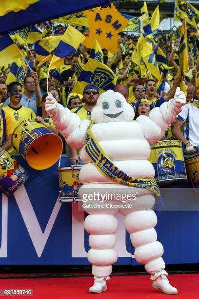 Bibendum the Michelin Man greets the Clermont fans before the Top 14 final match between ASM Clermont Auvergne and RC Toulon at Stade de France on...