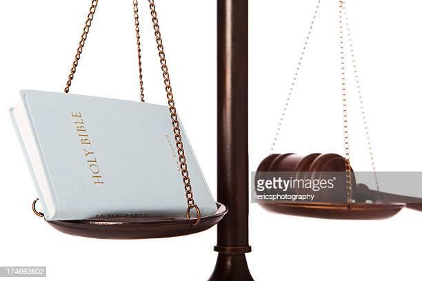 Bibel und Richterhammer auf Waage
