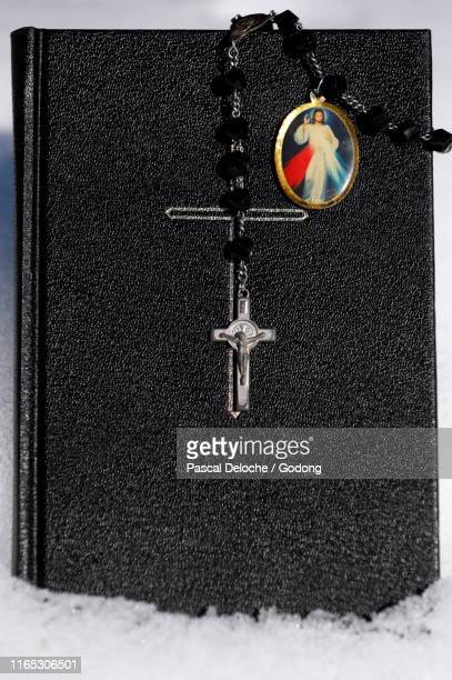 bible and rosary in snow.  france. - religion photos et images de collection