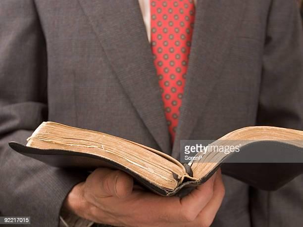 libro de lectura - reverendo clerecía fotografías e imágenes de stock