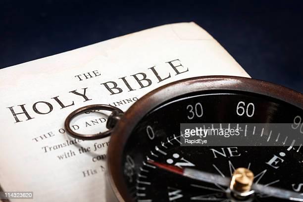 Bíblia com retro com Bússola