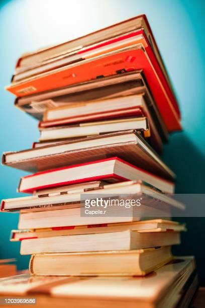 bibliothèque - piles de livres - schulbuch stock-fotos und bilder