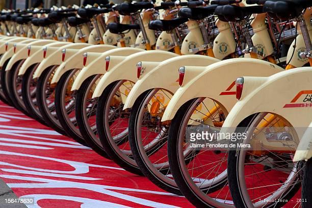 Bicicletas de alquiler en la Plaza del Duomo de Milán Renting bikes at the Duomo Square in Milan