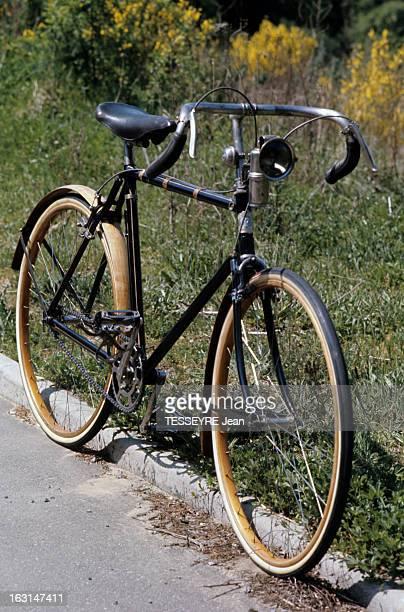 Biclyclettes Une bicyclette de 1920 équipée de jantes et gardesboue en bois avec une lampe à acétylène comme éclairage