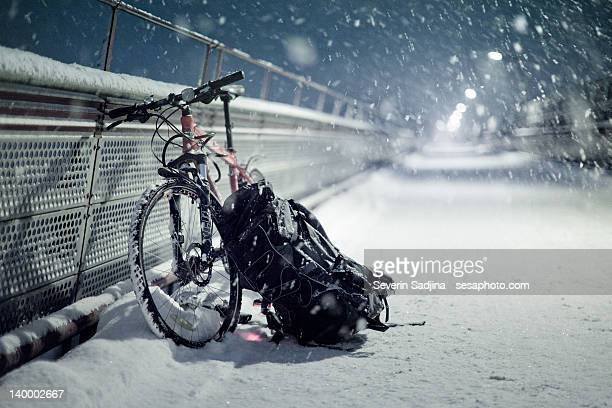 bicycle and bag on snowfall - トロンハイム ストックフォトと画像