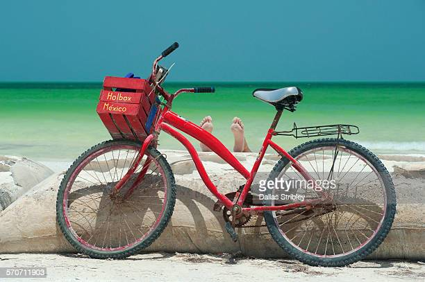 bicycle, and pair of feet at the beach, holbox is. - isla holbox fotografías e imágenes de stock