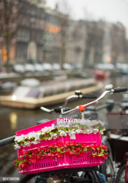 bicycle and pink basket in winter in amsterdam - lyn holly coorg stock pictures, royalty-free photos & images