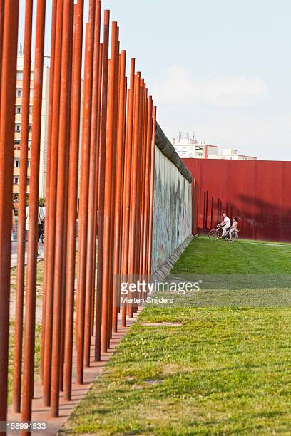 bicycle at berlin wall memorial site - bernauer strasse stock pictures, royalty-free photos & images
