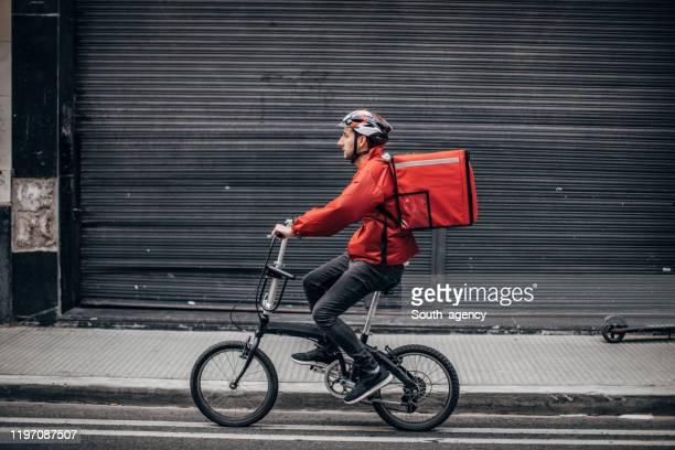 consegna biciclette - montare foto e immagini stock