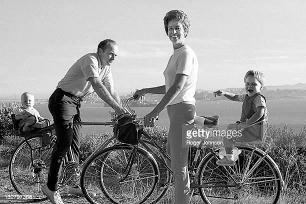 bicycle family outing - archivmaterial fotos stock-fotos und bilder