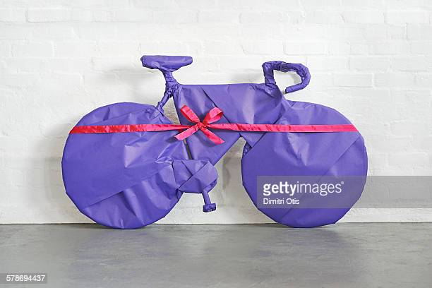 bicycle gift wrapped - avvolto foto e immagini stock