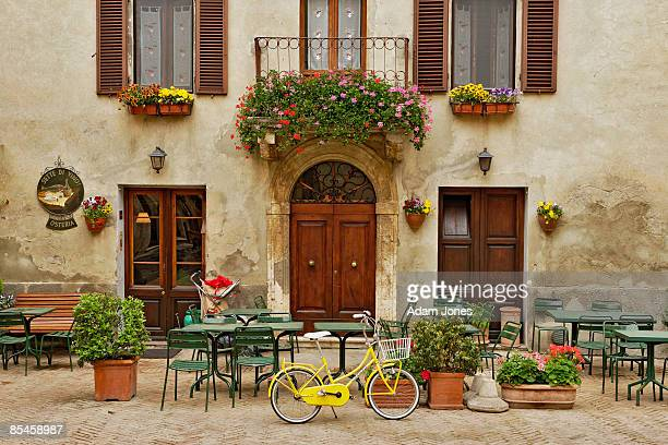 bicycle in front of small cafe, tuscany - siena italia foto e immagini stock
