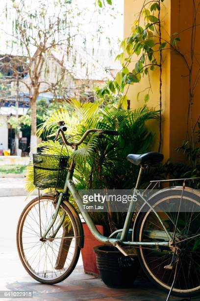 bicycle in kampot, cambodia - kambodscha stock-fotos und bilder