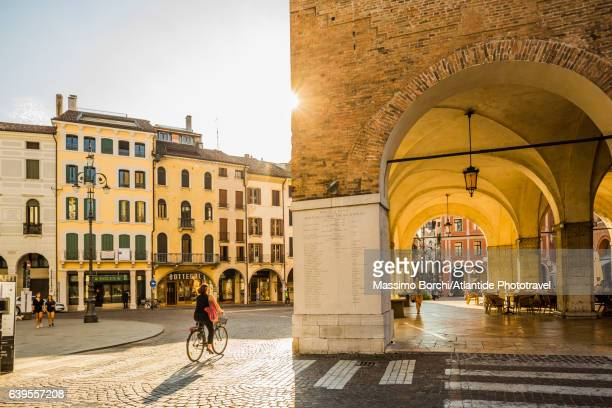 bicycle in piazza (square) dei signori, palazzo (palace) dei trecento, also known as palazzo (palace) della ragione on the right - treviso italy stock pictures, royalty-free photos & images