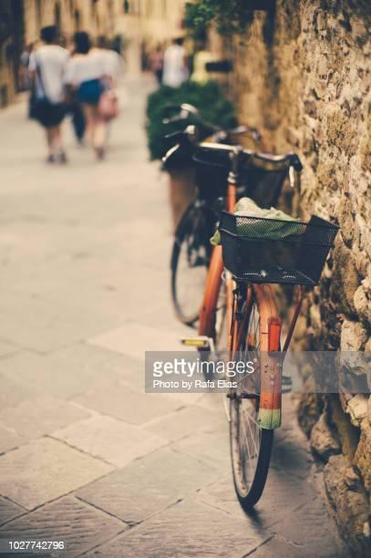 bicycle leaning against old wall - turismo ecológico fotografías e imágenes de stock