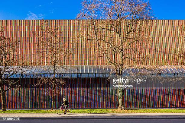 bicycle near the brandhorst museum - museum brandhorst munich stock pictures, royalty-free photos & images