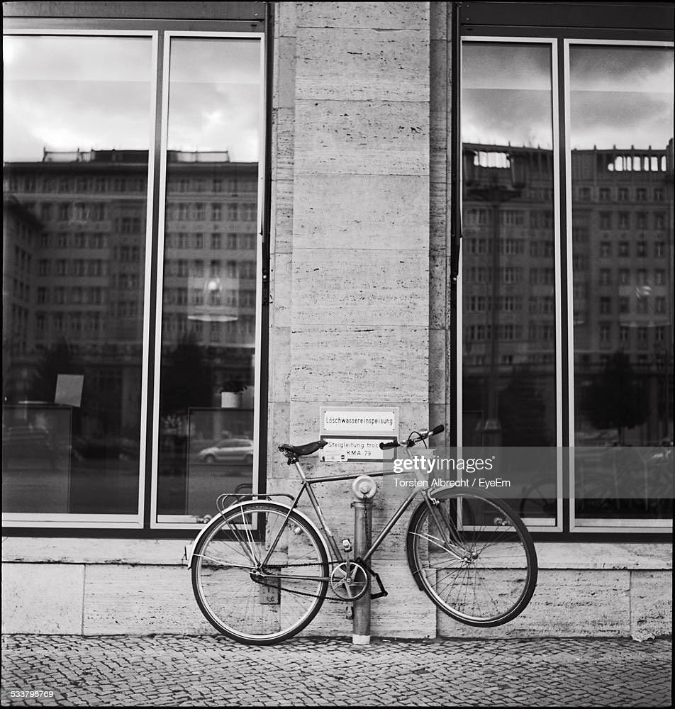 Bicycle On Sidewalk : Foto stock