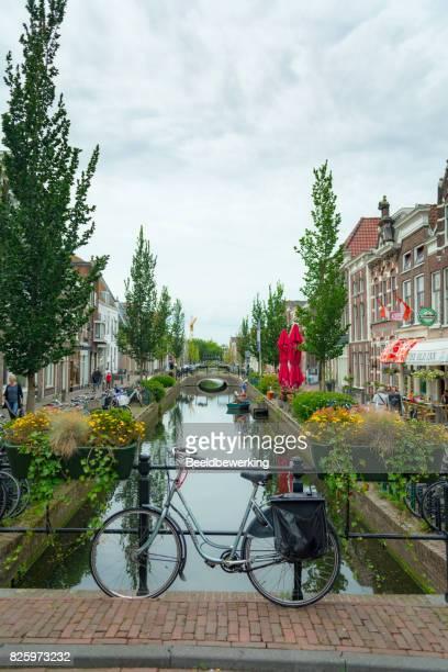 Bicicletas aparcadas en un puente en Gouda Holanda Europa