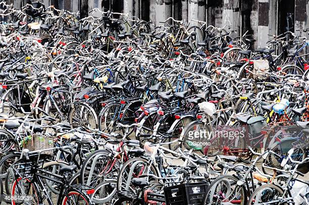 bicycle parking area near the amsterdam centraal station. - ogphoto stockfoto's en -beelden