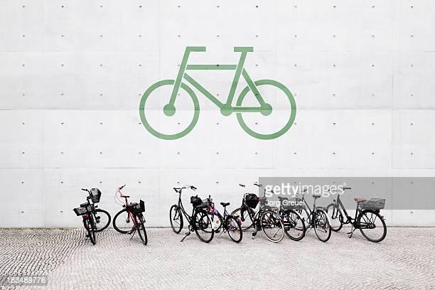 bicycle parking - zugänglichkeit stock-fotos und bilder