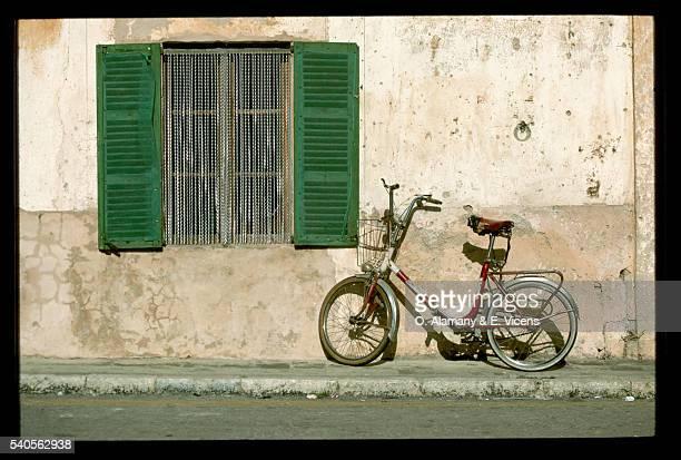 bicycle resting by wall - alamany fotografías e imágenes de stock