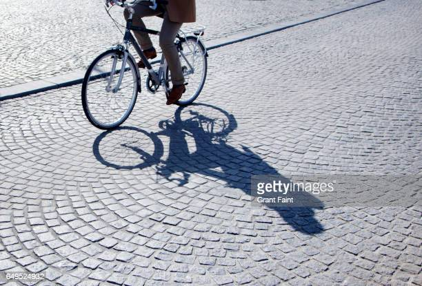 bicycle shadow. - brussels hoofdstedelijk gewest stockfoto's en -beelden