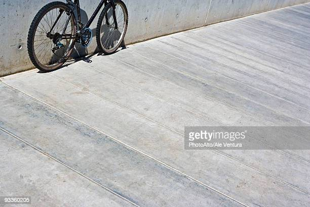 bicycle with chain hanging loose leaning against wall, cropped view - trottoir photos et images de collection