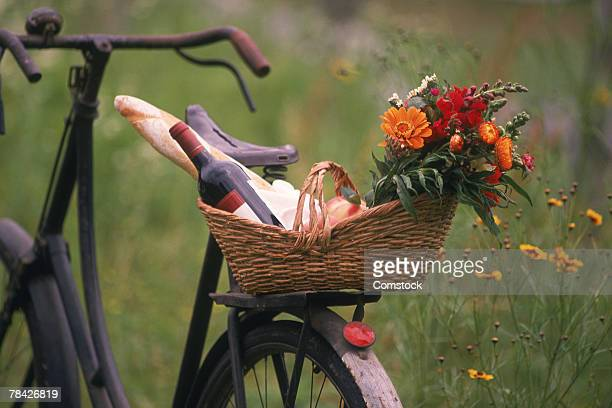 bicycle with  picnic basket in countryside - fahrradkorb stock-fotos und bilder