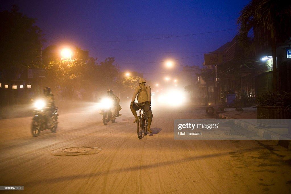 Yogyakarta Cloaked In Ash As Mount Merapi Erupts Again : News Photo