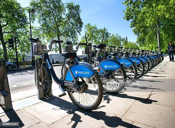 bicycles for hire in london - barclays cycle hire stock pictures, royalty-free photos & images