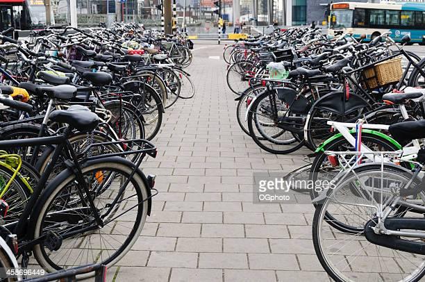 fahrräder geparkt der straße - ogphoto stock-fotos und bilder