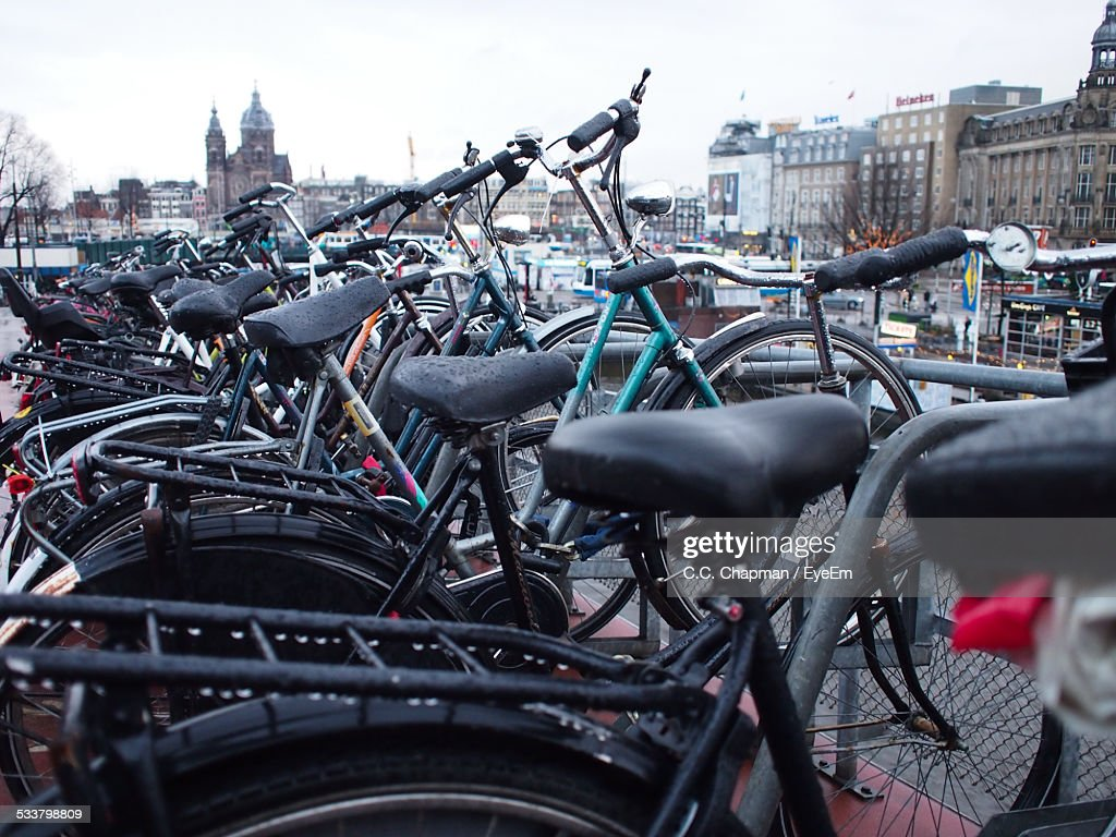 Bicycles Parked In City : Foto stock