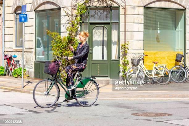 fietsen tegen een muur in kopenhagen, denemarken. - rijden activiteit stockfoto's en -beelden