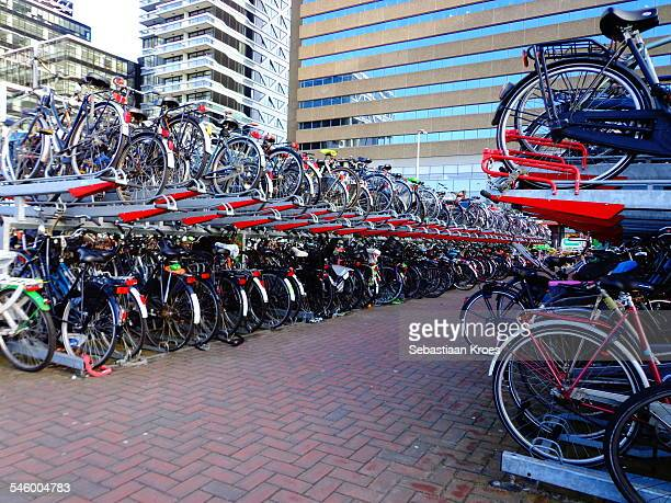bicycleshed at the hague central station, holland - la haye photos et images de collection