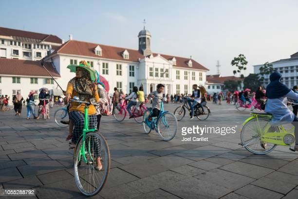 fatahillah ジャカルタの旧市街広場周辺のサイクリング - ジャカルタ ストックフォトと画像
