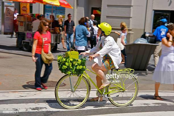 bicyclist と歩行者通り沿い、マンハッタンニューヨーク e.17th - ユニオンスクエア ストックフォトと画像