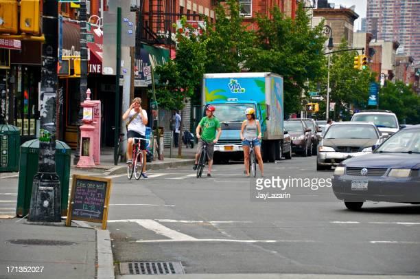 Bicyclist esperando la señal en Greenpoint, en Brooklyn, Nueva York