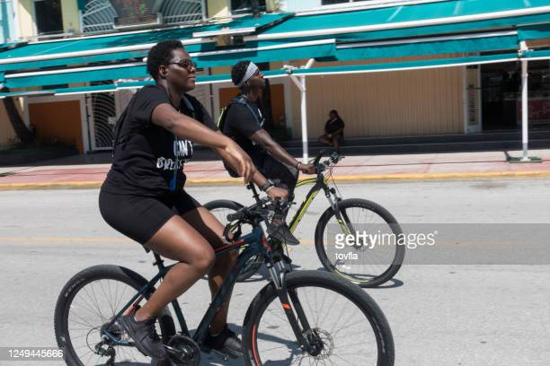"""bicyclists wear t-shirts that say """"i can't breathe"""" in miami beach - i can't breathe stock pictures, royalty-free photos & images"""
