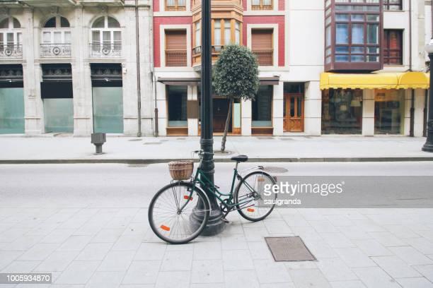 a bicyle parking on an empty street - rua imagens e fotografias de stock