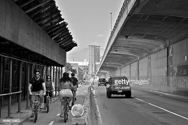 Bicylists por Furman Street, Brooklyn Heights, ciudad de Nueva York