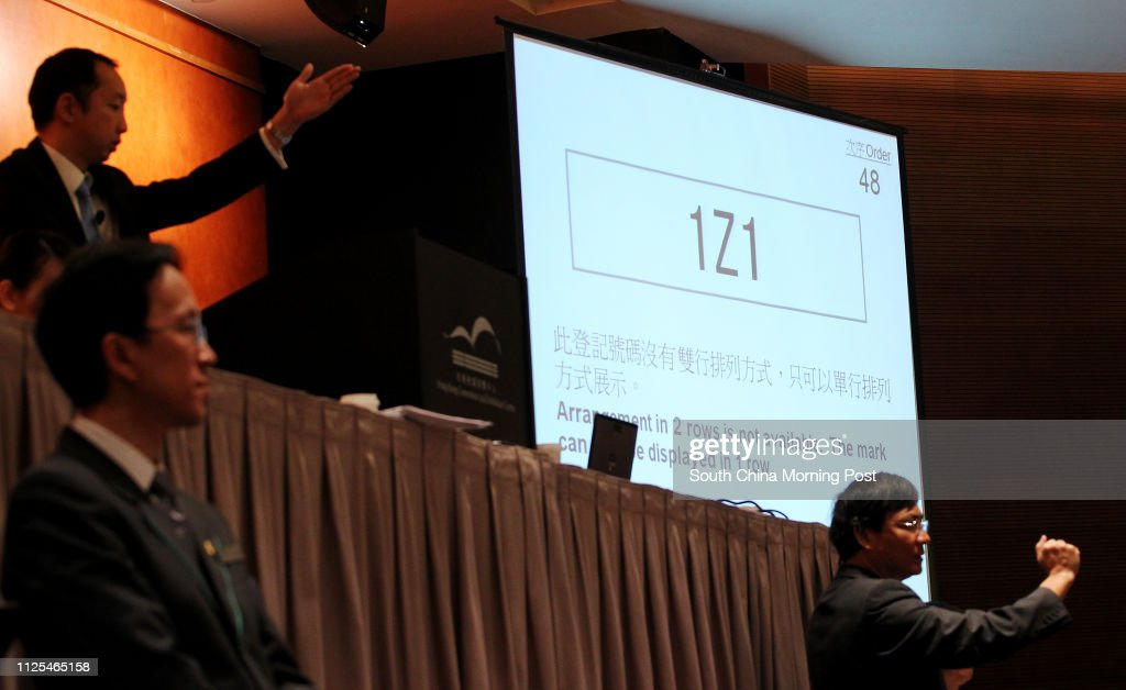 Bidding for the vehicle registration plate '1Z1' during the auction of Personalised Vehicle Registration Marks at Hong Kong Convention and Exhibition Centre in Wan Chai. 12JAN13 : Nieuwsfoto's