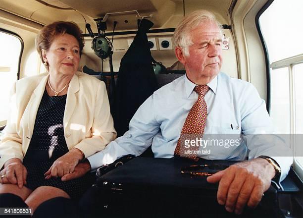 Biedenkopf Kurt * Politiker DMinisterpraesident von Sachsen 19902002 mit Ehefrau Ingrid in einem Helikopter