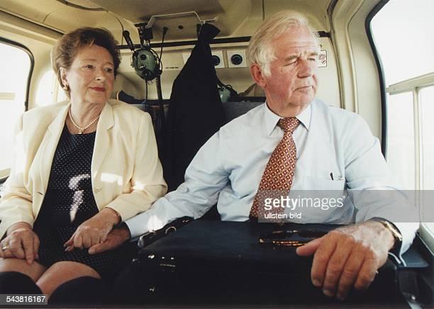 Biedenkopf, Kurt *- Politiker , DMinisterpraesident von Sachsen 1990-2002- mit seiner Frau Ingrid beim Flug im Helikopter nach Ellefeld
