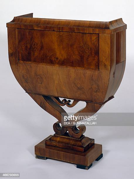 Biedermeier style in walnut flower box, 1820-1830, attributed to Joseph Danhauser . Austria, 19th century.