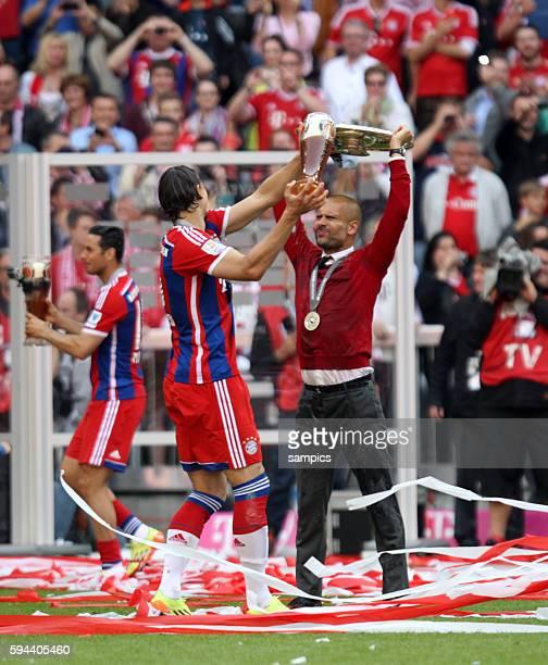 Bierdusche für Josep Pep Guardiola Trainer FC Bayern München von Daniel van Buyten FC Bayern München feiert die 24 deutsche Meisterschaft Fussball...