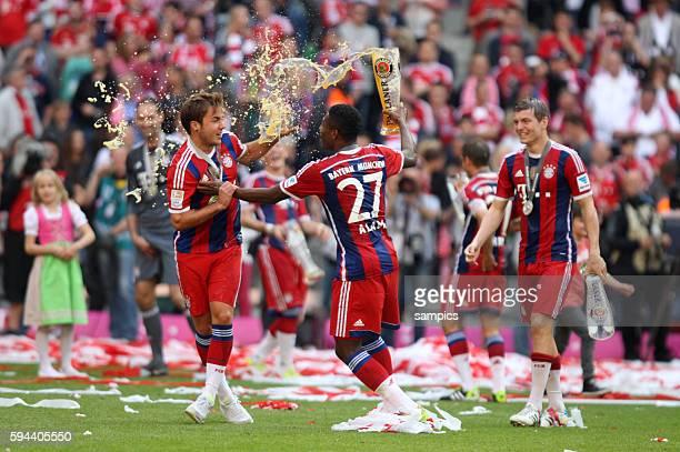 Bierdusche für Mario Götze von David Alaba FC Bayern München feiert die 24 deutsche Meisterschaft Fussball Bundesliga FC Bayern München VFB Stuttgart...