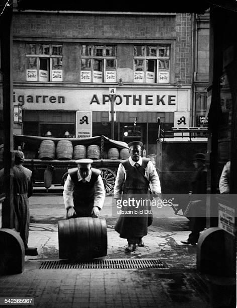 Bierkutscher rollen ein Fass in eine Gaststätte 1937Aufnahme Curt Ullmann