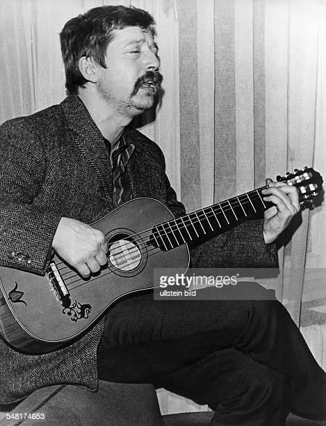 Biermann Wolf * Liedermacher Lyriker D Halbportrait spielt Gitarre und singt 1970