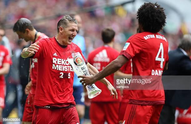 Bierschütten mit Bastian Schweinsteiger Dante Fussball Bundesliga FC Bayern München FSV Mainz